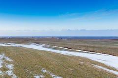 Mooi landschap op glas groen gebied met duidelijke blauwe hemel tijdens recente de wintertijd Stock Fotografie