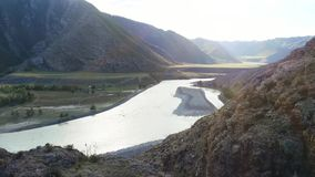 Mooi landschap over de bergklip naar de bergen in langzame motie, 1920x1080 stock videobeelden