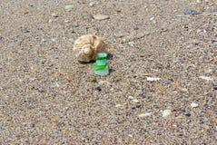 Mooi landschap, overzees zand met wit en groen gekleurd glas, stock foto's