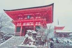 Mooi landschap in seizoengebonden de winter: Rode Japanse die pagode met witte sneeuw in kiyomizu-Deratempel wordt behandeld, Kyo royalty-vrije stock afbeeldingen
