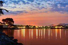 Mooi landschap Tropische Overzeese Zonsondergang met Lichten op Water T Royalty-vrije Stock Afbeelding