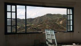 Mooi landschap uit breed venster van een verlaten hotel stock videobeelden