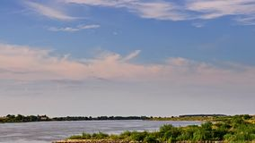 Mooi landschap vóór zonsonderganghemel stock footage