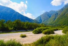 Mooi landschap van bergen en rivier in de zomer Stock Foto