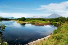Mooi landschap van blauw hemel, berg en meer Stock Foto's