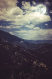 Mooi landschap van blauwe donkere nachthemel en bewolkte bovengenoemde moun Stock Fotografie
