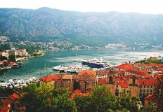 Mooi landschap van de Kotor-baai van de piek van Lovchen stock fotografie