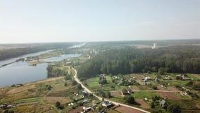 Mooi landschap van de Rivier Westelijke Dvina en het dorp van Verkhovye stock video