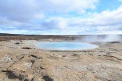 Mooi landschap van een lichtblauwe geiser in IJsland Stock Afbeelding