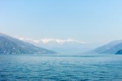 Mooi landschap van Gekomen meermening over bergen Stock Afbeelding