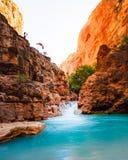 Mooi landschap van Grand Canyon met een meer en verbazende hoge rotsachtige bergen stock afbeelding