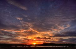 Mooi landschap van het meer en de rode purpere wolken royalty-vrije stock fotografie