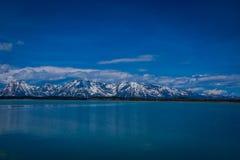 Mooi landschap van het Nationale Park van Grand Teton, Wyoming, bezinning van bergen op Jackson Lake dichtbij Yellowstone Stock Afbeeldingen