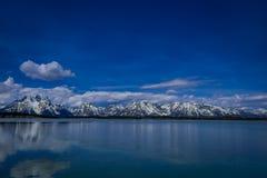 Mooi landschap van het Nationale Park van Grand Teton, Wyoming, bezinning van bergen op Jackson Lake dichtbij Yellowstone Royalty-vrije Stock Foto
