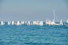 Mooi landschap van het overzees met vele zeilen op de horizon Stock Afbeelding