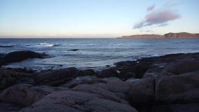Mooi landschap van het ronde strand van vormrotsen met de Barentsz Zee bij de noordpoolkustachtergrond stock video