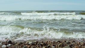Mooi landschap van het water, golven met schuim het bespatten in de steen op de kust van het overzees stock footage