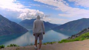 Mooi landschap van meer en bergen Mens die Schitterende Aard bekijken stock video