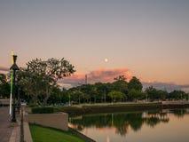 Mooi landschap van meer en volle maan in buriram, Thailand Stock Fotografie