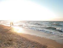 Mooi landschap van overzeese kust tijdens zonsondergang Concept honingsmaan, geluk en liefde royalty-vrije stock foto's