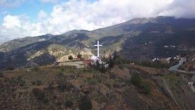 Mooi landschap van pieken van bergen met groot herdenkingskruis stock videobeelden