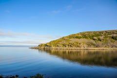 Mooi landschap van rotsachtige kust van Noorwegen stock afbeeldingen