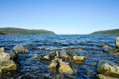 Mooi landschap van rotsachtige kust van Noorwegen stock afbeelding