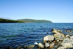 Mooi landschap van rotsachtige kust van Noorwegen stock foto