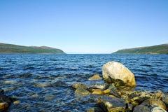 Mooi landschap van rotsachtige kust van Noorwegen stock foto's