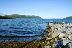 Mooi landschap van rotsachtige kust van Noorwegen stock fotografie