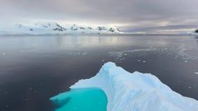 Mooi landschap van rotsen onder de sneeuw en de ijsberg Andreev stock video