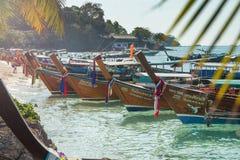 Mooi landschap van rotsenberg en glasheldere overzees met longtailboot Thailand De zomer, Reis, Vakantie, Vakantieconcept Stock Foto