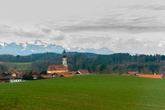 Mooi landschap van vallei in Alpiene bergen, plattelandshuisjes, landelijke scène, majestueuze schilderachtig Royalty-vrije Stock Foto