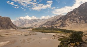 Mooi landschap van vallei in de reusachtige bergketen van Himalayagebergte, Pakistan stock fotografie