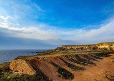 Mooi landschap van vrij plaats met klippen dichtbij de Gouden baai, Mellieha, ten westen van Malta, Europa royalty-vrije stock fotografie