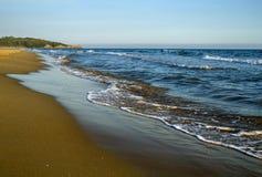 Mooi landschap van zandig strand op de kustlijn van de Middellandse Zee vóór zonsondergang Italië Stock Fotografie