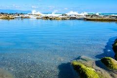 Mooi landschap, zeegezicht, verbazende aardachtergrond met rotsen en blauw water Royalty-vrije Stock Afbeeldingen