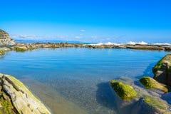 Mooi landschap, zeegezicht, verbazende aardachtergrond met rotsen en blauw water Royalty-vrije Stock Foto