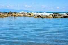 Mooi landschap, zeegezicht, verbazende aardachtergrond met rotsen en blauw water Royalty-vrije Stock Afbeelding