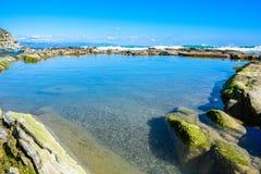 Mooi landschap, zeegezicht, verbazende aardachtergrond met rotsen en blauw water Royalty-vrije Stock Foto's