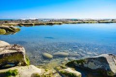 Mooi landschap, zeegezicht, verbazende aardachtergrond met rotsen en blauw water Stock Afbeelding