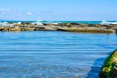 Mooi landschap, zeegezicht, verbazende aardachtergrond met rotsen en blauw water Stock Fotografie