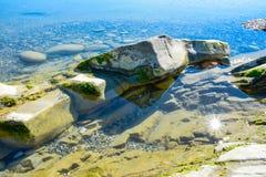 Mooi landschap, zeegezicht, verbazende aardachtergrond met rotsen en blauw water Stock Foto