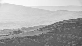Mooi landschapsbeeld van het Piekdistrict in Engeland op een wazige de Winterdag die van de lagere hellingen van Bamford-Rand in  royalty-vrije stock afbeeldingen
