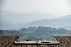 Mooi landschapsbeeld van het Piekdistrict in Engeland op een wazige de Winterdag in pagina's van open boek, verhaal het vertellen royalty-vrije stock afbeeldingen