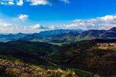 Mooi landschapshoogtepunt van kleur, lichten en schaduwen, tussen bergen en heuvels stock afbeelding