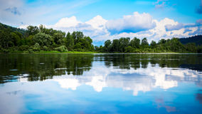 Mooi landschapspanorama met bewolkte blauwe die hemel in t wordt weerspiegeld Royalty-vrije Stock Fotografie