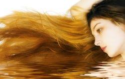 Mooi lang haar dat in water wordt weerspiegeld stock afbeelding