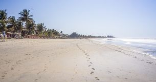 Mooi lang zandig strand in Gambia, Kotu dichtbij Serrekunda stock afbeeldingen