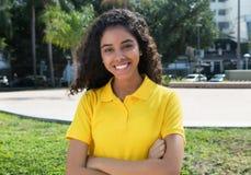 Mooi Latijns-Amerikaans meisje met lang donker haar en gekruiste wapens royalty-vrije stock fotografie